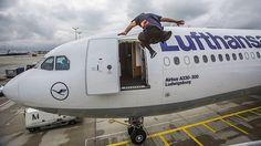 Jason Paul sprintet im Freerun zu seinem Flugzeug  Es ist wohl der Traum eines jeden Freerunners: ein Flughafen als riesige Spielwiese. Der Frankfurter Jason Paul durfte ihn in einem Video ausleben, ...