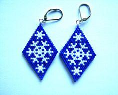 Boucles d'oreilles losanges flocons de noël en perles japonaises miyuki blanches et bleues tissage peyote : Boucles d'oreille par beads-and-coffee