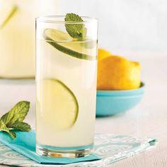 Une limonade alcoolisée, c'est parfait pour se désaltérer entre adultes! Préparez-la à l'avance pour que le sirop de gingembre macère.