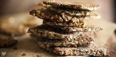 Chrupiące isłone, alezatonieziemsko zdrowe. Idealny zamiennik chipsów, paluszków iinnych słonych przekąsek, które lubimy zjadać wnadmiarze podczas kolejnego sezonu ulubionego serialu. Dosłownie, zmieniające życie! Wszyscy znamy chleb zmieniający życie, którymSarah zMy New Roots zawojowała cały internet.… Read More Easy Blueberry Muffins, Blue Berry Muffins, Crackers, Healthy Life, Deserts, Food Porn, Good Food, Food And Drink, Herbs