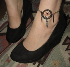 Dream catcher tattoo, ankle bracelet, would love this with a symbol from my indian heretage. Armband Tattoos, Anklet Tattoos, Tattoo Bracelet, Feather Tattoos, Foot Tattoos, Tattoo Girls, Girl Tattoos, Tatoos, Black Dream Catcher