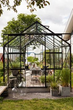A greenhouse overlooking Siljan. Sure, it sounds like a dream? Look at Lena and Ola in Rättvik who realized the dream and get their own … - All About Garden Greenhouse Kitchen, Greenhouse Shed, Indoor Greenhouse, Homemade Greenhouse, Small Greenhouse, Greenhouse Gardening, Greenhouse Wedding, Greenhouse Film, Portable Greenhouse