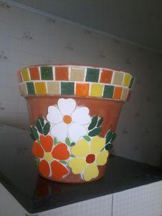 Vaso de cerâmica com mosaico de pastilhas e azulejos, by Sueli Cemin Mosaic Planters, Mosaic Tray, Mosaic Tile Art, Mosaic Flower Pots, Mosaic Garden, Mosaic Crafts, Mosaic Projects, Stone Mosaic, Mosaic Animals