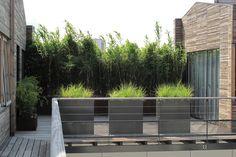 pour la petite terrasse : sol en bois, garde corps bois/métal, persienne