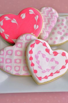 Sugar Cookie Hearts Recipe & Tutorial If you're looking to impress your guests, these cookies are the choice for you! Would you believe me if I told you that these cookies are extremely easy to. Fancy Cookies, Iced Cookies, Cute Cookies, Royal Icing Cookies, Cookies Et Biscuits, Cupcake Cookies, Sugar Cookies, Cookie Favors, Flower Cookies