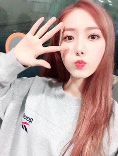 TtinB so cute~~ Gfriend Profile, Sinb Gfriend, Cute Baby Videos, Cloud Dancer, Fan Picture, Entertainment, G Friend, Music Photo, Tumblr Girls