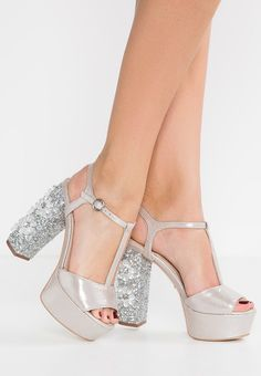 Carvela GRAB Sandalias con plataforma silver - Mystilo Pretty Shoes, Beautiful Shoes, Cute Shoes, Funky Shoes, Crazy Shoes, Tan Ankle Boots, Shoe Boots, Cute High Heels, Wedding Shoes Heels
