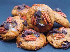 BIG COOKIES AU BEURRE DE CACAHUETE, CHOCOLAT CRU, PECAN & CARAMEL – Superfood by Mélissa B