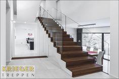 Ein besonderes Designelement: Holztreppe mit Glasgeländer