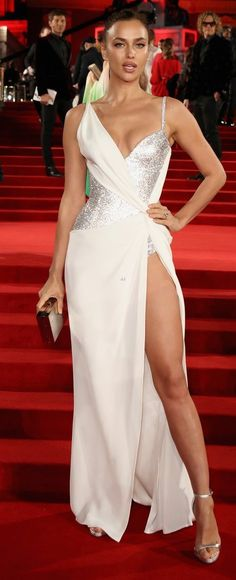 Irina Shayk in Atelier Versace attends The Fashion Awards 2017 in London. #bestdressed