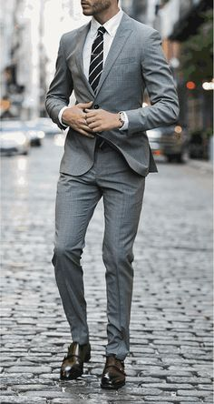 Él es llevar un traje.   Esto traje es gris.  Pienso llevar esto traje en trabaja.  Esto traje es muy formal.