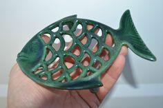 Beau porte savon en fonte émaillée verte - Sujet poisson