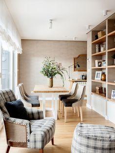 """Este proyecto es un claro ejemplo de la expresión """"a medida"""". En el salón, la mesa, las tapicerías y los apliques están diseñados con las mismas tonalidades. La librería es una mezcla de mueble de carpintería y de obra que se adapta perfectamente a gustos y funcionalidad de los propietarios. Decoración interiorismo en Vizcaya. Dining Bench, Dining Chairs, Accent Chairs, Bedroom Decor, Furniture, Home Decor, Instagram, Woodworking Furniture, Custom Furniture"""
