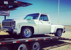 trucks and cars 87 Chevy Truck, Classic Chevy Trucks, Chevrolet Trucks, Classic Cars, Chevy Classic, C10 Trucks, Old Pickup Trucks, Hot Rod Trucks, Lifted Trucks