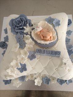 Dåpskake laget av Unni Finnøy Baby Shower Fruit, Torta Baby Shower, Baby Boy Cake Topper, Baby Boy Cakes, Christening Cake Boy, Baptism Cakes, Baptism Desserts, Baby Reveal Cakes, Ivory Wedding Cake
