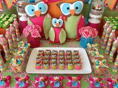 Família de corujas de tecido, doce de leite ninho em forma de coruja todo comestível e personalizados nas cores da festa com muita cor, fitas e flores.