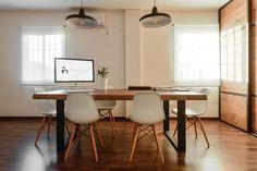 Mesa #diy de mansonia con sillas eames en color blanco y lámparas de techo estilo industrial.