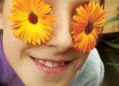 a menina dos olhos em flor