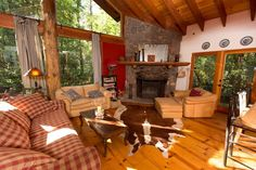 Entire home/apt in Sedona, US. Spacious, custom-built cabin brimming with natural light in the heart of Oak Creek Canyon, Sedona. Phenomenal views, steps away from forest trails and Oak Creek. Accommodates up to 8. Perfect for family gatherings, fall hiking & ski getaways!  Coo...