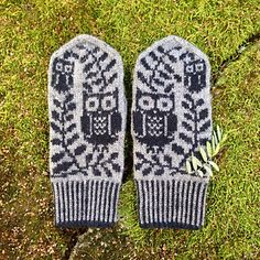 These mittens feature owls and olive trees - symbols of the goddess Athena. Owl Knitting Pattern, Mittens Pattern, Knit Mittens, Knitting Charts, Knitted Gloves, Free Knitting, Free Crochet, Knit Crochet, Fingerless Gloves