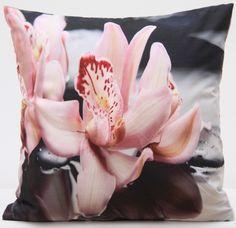 Szare poszewki ozdobne z różową lilią wodną