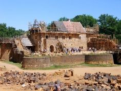 Discover the medieval castle construction project of Guédelon: building a castle using Medieval tools & techniques + French practice + pictures. French Language Course, Learn To Speak French, Chateau Medieval, Destinations, Château Fort, Ways Of Learning, Visit France, Building, Places