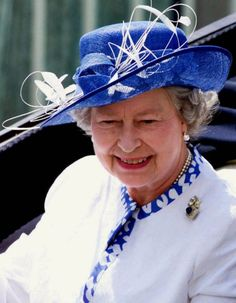 Queen Elizabeth II arrives for the start of racing at Royal Ascot, west of London, June 18,1999.
