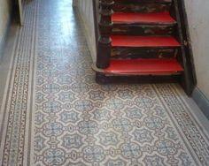Antieke gangvloer van oude keramische tegels