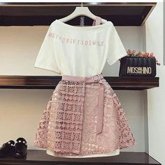 Two Piece Overall Skirt with T-shirt Teen Fashion Outfits, Look Fashion, Girl Fashion, Fashion Dresses, Fashion Design, Fashion Spring, 80s Fashion, Fashion Fashion, Fashion Beauty