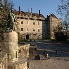 Paço dos Duques de Bragança Local: Guimarães Foto: Direcção Regional de Cultura do Norte Terra, Regional, Beautiful Places, Mansions, House Styles, Places, City, Destinations, Norte
