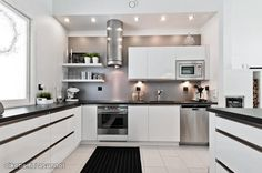 Black and white kitchen to match my black and white life : ) Cosy Kitchen, Big Kitchen, Kitchen Shelves, Rustic Kitchen, Kitchen Dining, Kitchen Decor, Small Open Kitchens, Kitchen Styling, Kitchen Interior