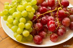 How to keep grapes fresh How To Wash Grapes, How To Store Grapes, Healthy Movie Snacks, Healthy Vegan Snacks, Healthy Eating, Freezing Fruit, Storing Fruit, Frozen Grapes, Grape Recipes