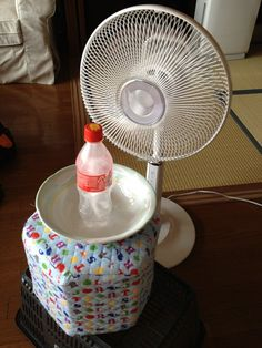 Too hot? Mimic the cooling effects of an air conditioning unit by placing a heaping bowl of ice in front of the fan Redneck Air Conditioner, Bucket Air Conditioner, Homemade Air Conditioner, Cool Diy, Homemade Ac, Cool Air Fans, Diy Cooler, Hot Fan, Life Hacks
