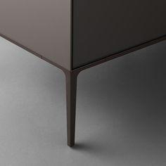 Self up brown edition, piedini e profi li perimetrali in alluminio brown.