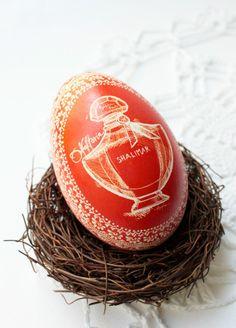 Nagroda w konkursie wielkanocnym-gęsia pisanka czerwona z wygrawerowanym flakonem perfum Guerlain Shalimar
