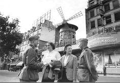 Des soldats allemands devant le Moulin Rouge, en juin 1940. Une photo de Heinz Boesig  (Paris 18ème)