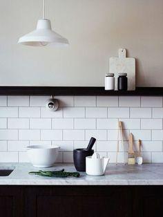 清潔感あふれる、真っ白のタイル。 一枚一枚が少し大き目で、おしゃれな雰囲気ですね。 キッチンアイテムとの相性も抜群!