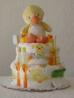 Baby shower ideas - diaper cake topped with a cute little stuffed ducky . Idee Baby Shower, Bebe Shower, Baby Shower Diapers, Baby Shower Cakes, Baby Shower Parties, Baby Boy Shower, Baby Shower Gifts, Duck Diapers, Diaper Wreath
