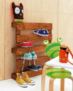 palette Europe utilisée comme range-chaussures pour les enfants