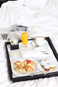 entertaining for house guest room service breakfast in bed freshly squeezed orange juice croissant danish cappuccino coffee (it)