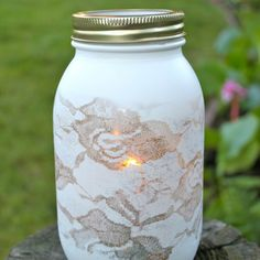 Michaela Noelle Designs: The Pretty Lace Vase. Picture this on a regular vase instead of a mason jar and I think I have my wedding centerpieces Diy Lace Vase, Diy Lace Mason Jars, Lace Jars, Painted Mason Jars, Mason Jar Crafts, Diys, Lace Painting, Spray Painting, Deco Table