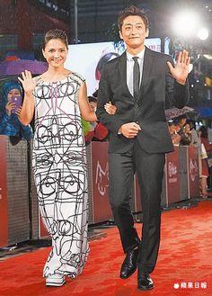 李心潔(左)挽著柯宇綸走紅毯進入會場。