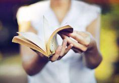 Ce sont des classiques, des incontournables, des chefs-oeuvres. Des livres qui pourraient changer votre vie, ou vous (re)donner goût à la lecture. Voilà vingt-et-un livres que nous devrions tous avoir lu au moins une fois dans nos vie....