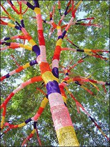 "The Art of Yarn Bombing & Crochet Graffiti Purpose ; "" To brighten the world with color "" It's really something specia. Yarn Bombing, Guerilla Knitting, Art Fil, Urban Graffiti, Jolie Photo, Do It Yourself Projects, Land Art, Tree Art, Knitting Yarn"