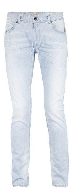 Cirrus Stretch Jeans mit niedriger Taille, schmaler Passform und schmalem Bein. Helle Jeans mit schrägen Falten auf den Hosentaschen um einen natürlich getragenen Look zu erzeugen und extra Knittereffekt hinten. Coole Jeans für coole Blend-Guys. 98% Baumwolle, 2% Elasthan....