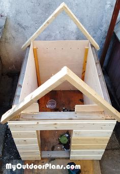 This step by step woodworking project is about how to make an insulated dog house. If you want to protect your pet from cold, you should invest in building an insulated dog house. Build A Dog House, Dog House Plans, Build Your Own Shed, Building A House, Niches, Wooden Playhouse, Backyard Sheds, Diy Shed, House Roof
