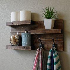 Fait à la main moderne étagère de salle de bain 3 niveaux rustique avec serviette double crochets. Un ajustement parfait pour toute salle de bain maison, appartement ou condo.  En bois massif. Il a été légèrement poncé, puis teinté et scellé avec une finition noyer foncé magnifique.  Cette pièce n'inclut pas les accessoires comme le montre les photos.  La couleur du bois teinté capturé dans les photos peut varier légèrement.  Dimensions: 23 po de large x 11,25 po de haut x 4.25 po de…