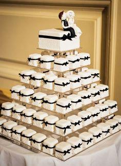Adorable black and white wedding cake #wedding #cake #inspiration #details #blackandwhite