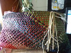 The Colours of Aotearoa in this Kete … Whakapuareare pattern . Flax Weaving, Basket Weaving, Woven Baskets, New Zealand Art, Maori Art, Open Weave, Amazing Art, Arts And Crafts, Textiles