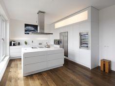 Lackierte Küche mit Kücheninsel mit integrierten Griffe LINEARE - Plan W | Werkstatt für Räume